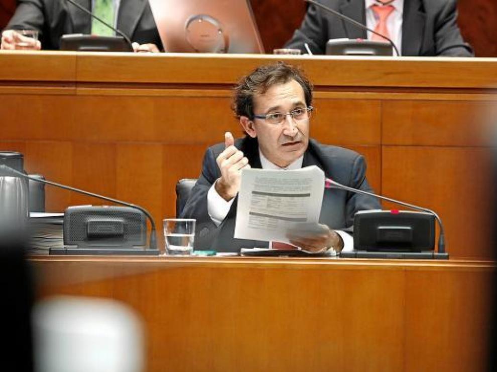 El consejero de Hacienda, José Luis Saz, ayer, en las Cortes.