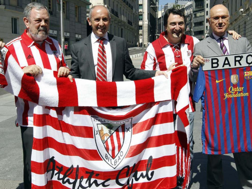 Diputados catalanes y vascos llevan la Copa del Rey al Congreso
