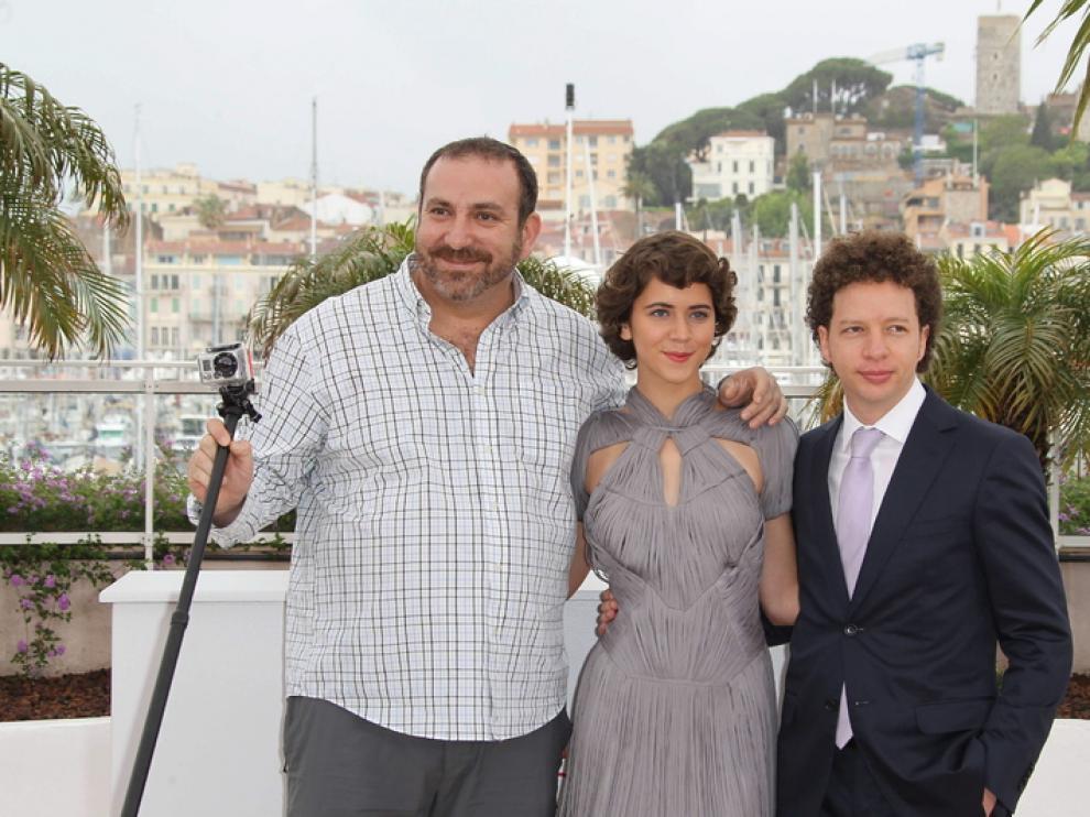 El director, Michel Franco, y los actores de 'Después de Lucía'.