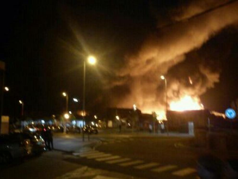 Un incendio afecta a varias naves industriales en La Almunia