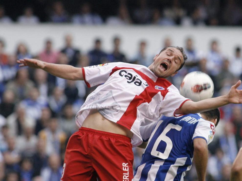Un jugador del Huesca intenta controlar el balón en Riazor