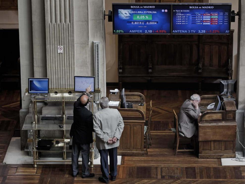 Los inversores miran los paneles informativos hoy en la Bolsa de Madrid