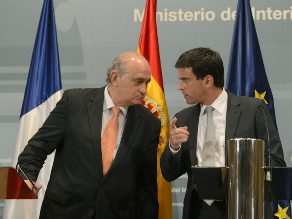 El ministro del interior español junto a su homólogo francés
