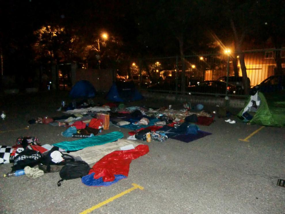Acampada en el aparcamiento del I.E.S. Pilar Lorengar de Zaragoza