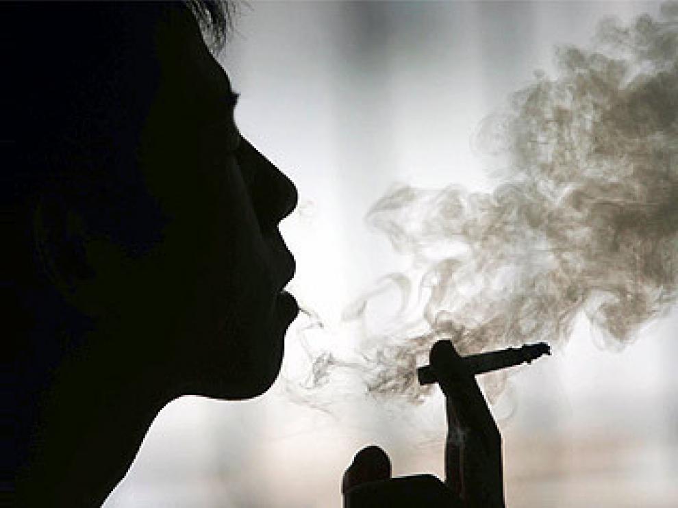Los españoles son los ciudadanos europeos que más fuman.