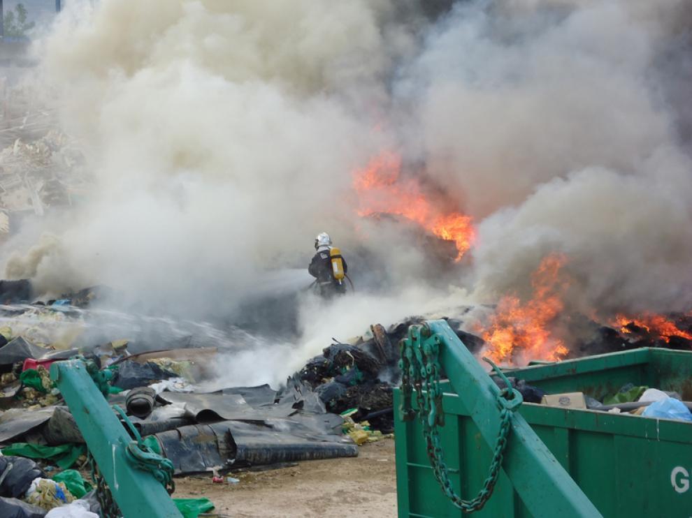 Incendio en una empresa de reciclaje en Fraga