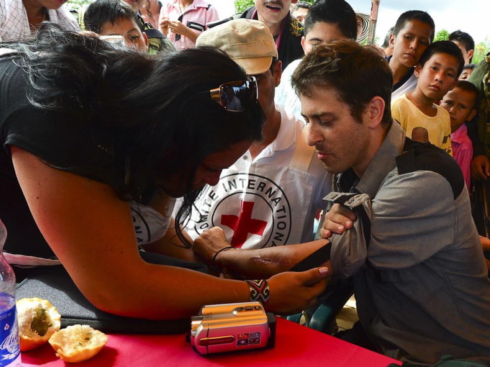 Delegados del Comité Internacional de Cruz Roja tratan a Langlois.