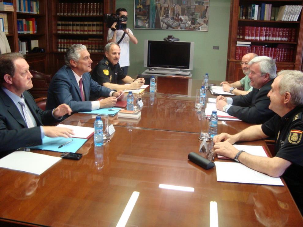 Reunió mantenida entre el consejero de Política Territorial e Interior, Antonio Suárez, y el delegado del Gobierno, Gustavo Alcalde