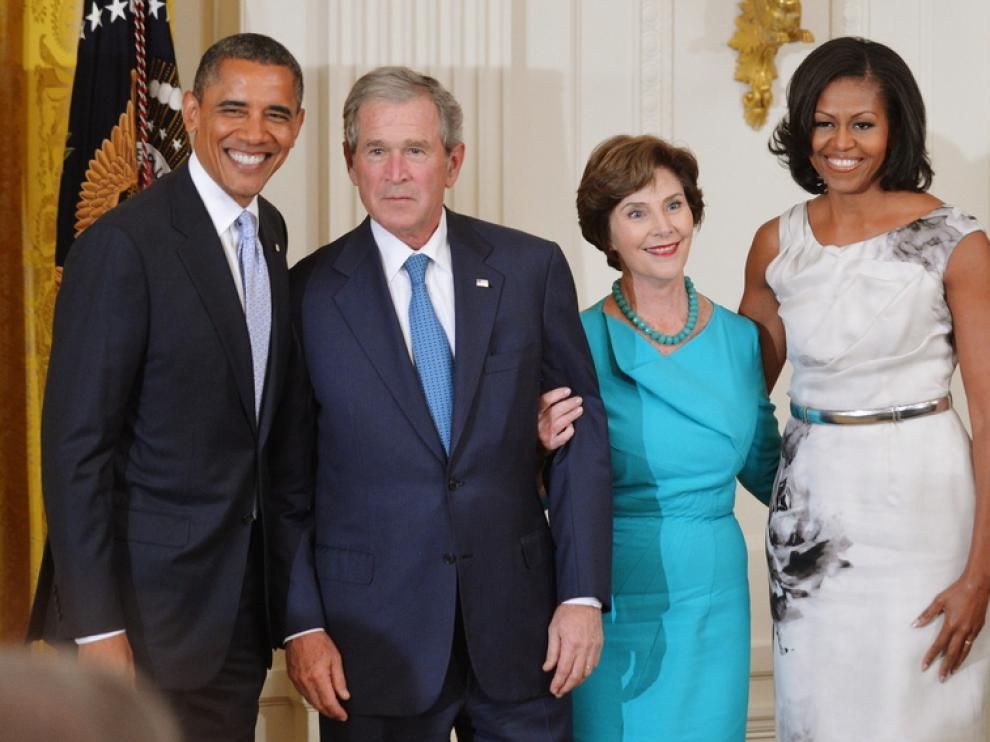 Obama y Bush, con sus respectivas esposas, en la Casa Blanca