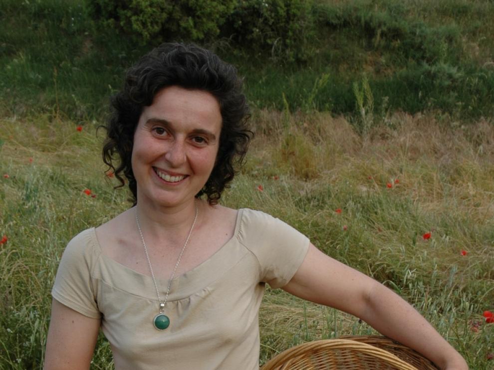 Evelyn Celma recoge plantas para elaborar sus cosméticos