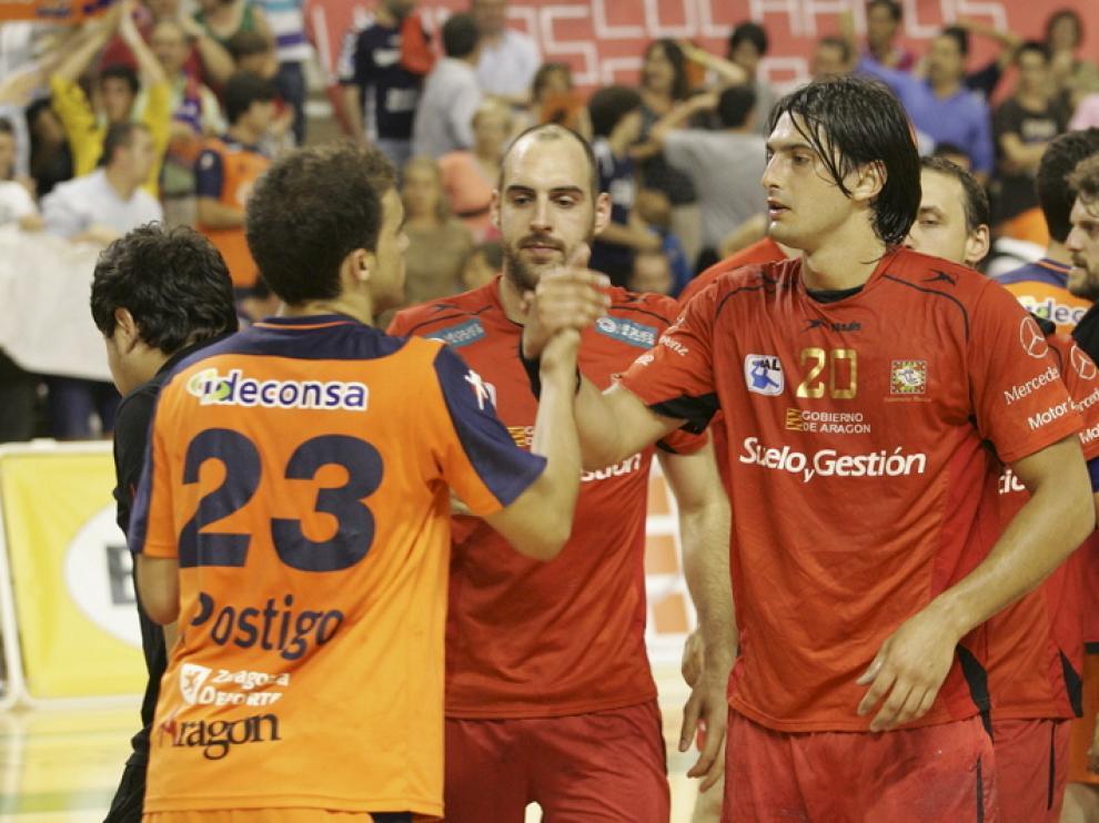 Los jugadores se saludan tras el partido