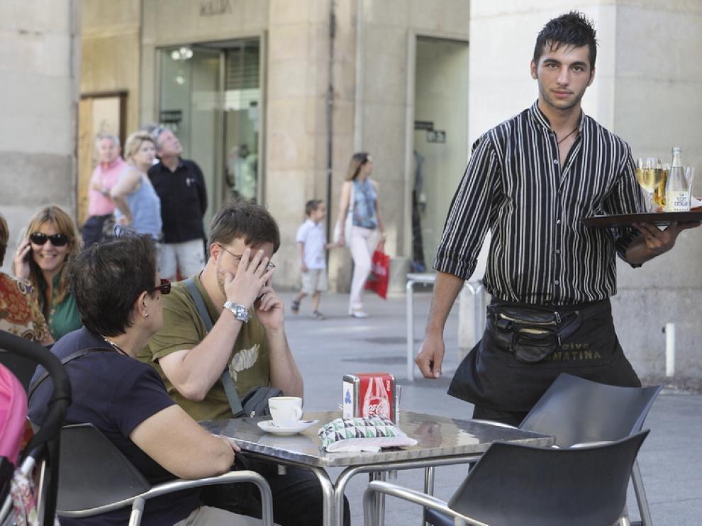 Camarero trabajando en una terraza de Zaragoza