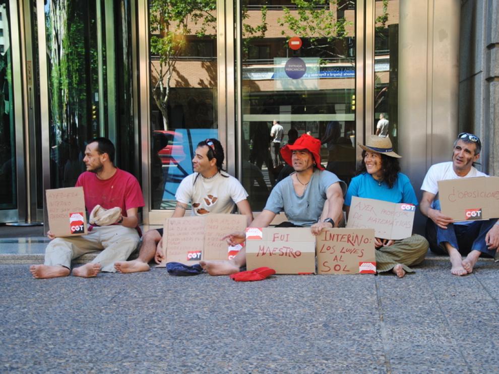 Un grupo de interinos, durante una acción de protesta en la que pidieron dinero para la educación pública