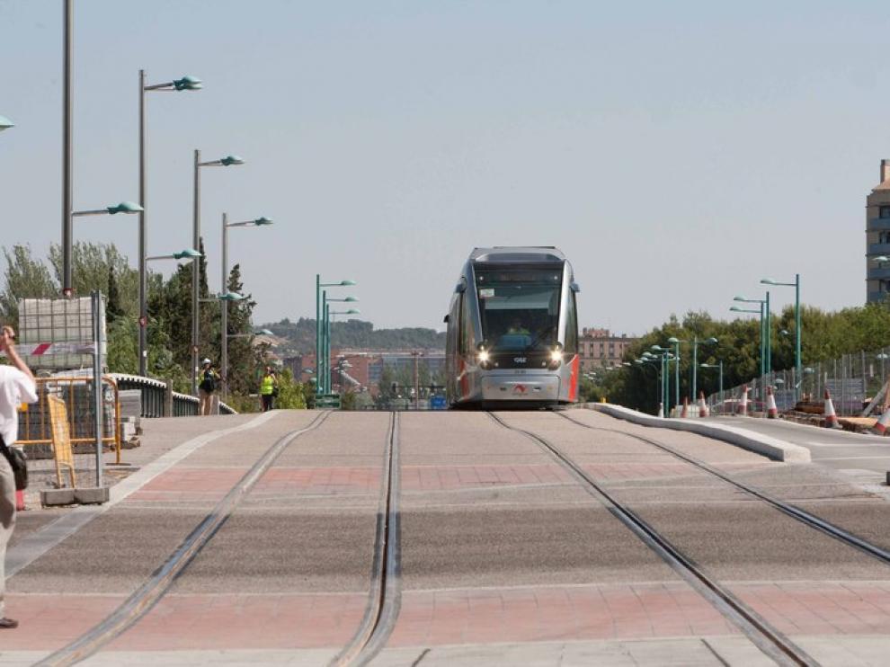 Imagen de un Urbos cruzando el Ebro