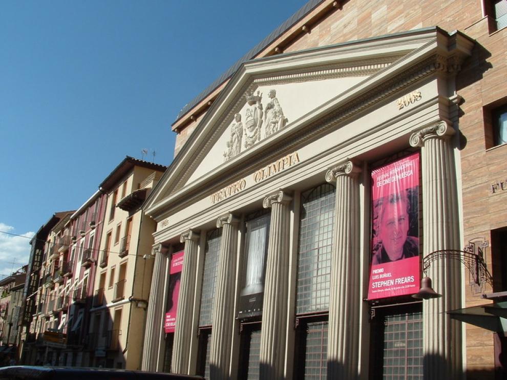 El teatro Olimpia, preparado para la gala final, con la imagen de Stephen Frears.