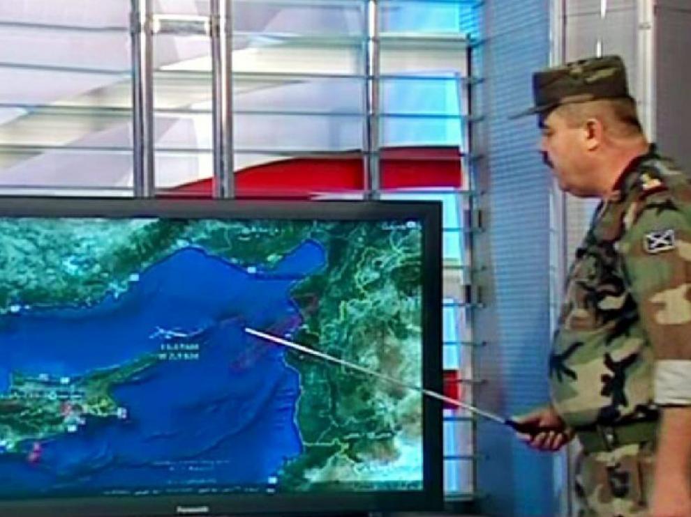 Un portavoz del ejército sirio explica el incidente en televisión.