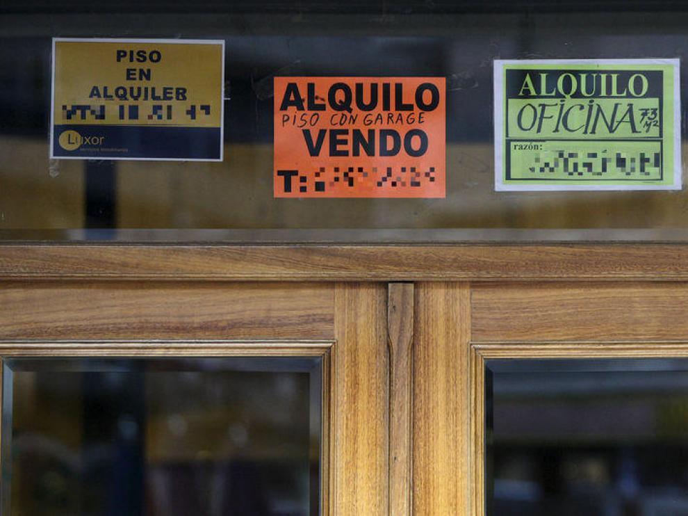 Carteles de alquiler y venta de pisos en Zaragoza