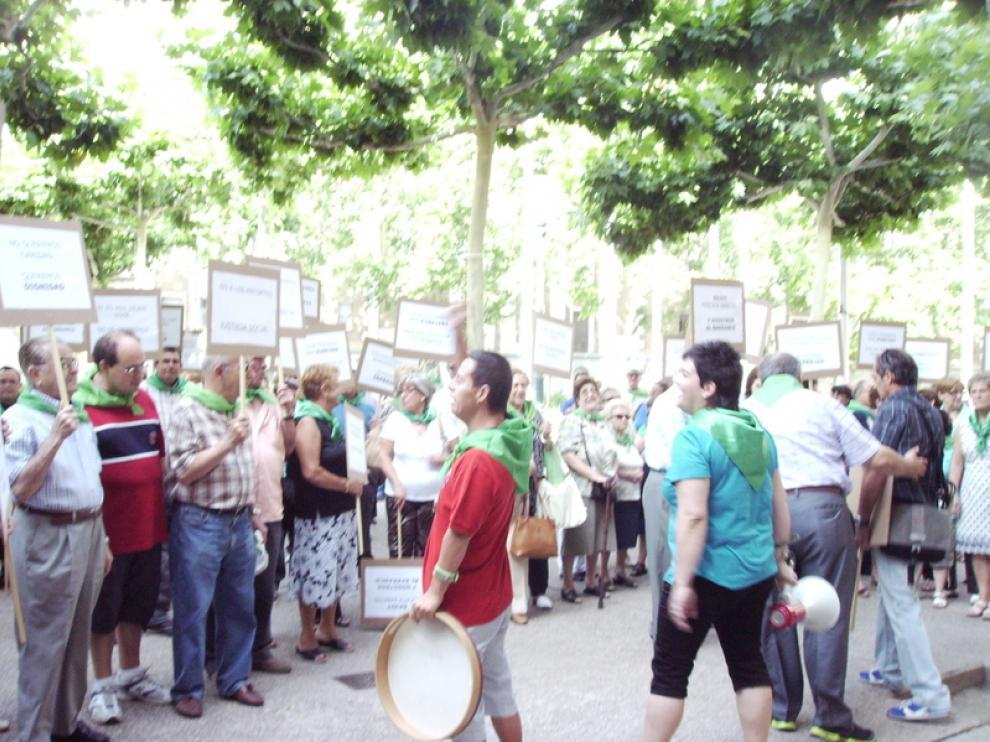 Discapacitados aragoneses y familiares protestan contra los recortes