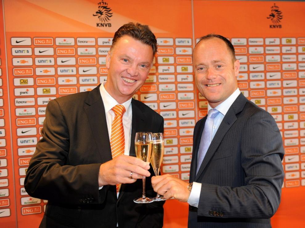Van Gaal brinda con el director de la federación holandesa