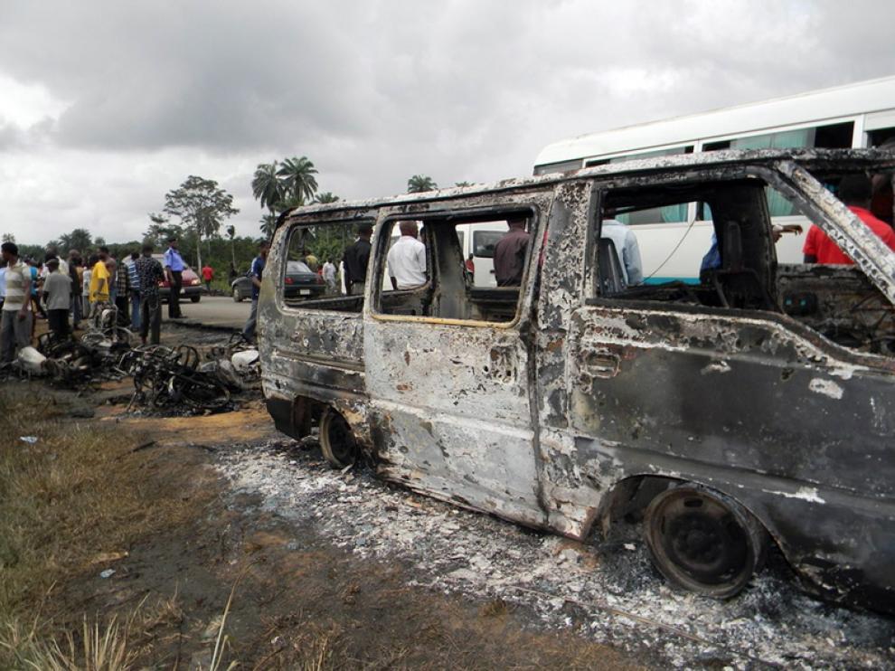 El camión calcinado tras el accidente