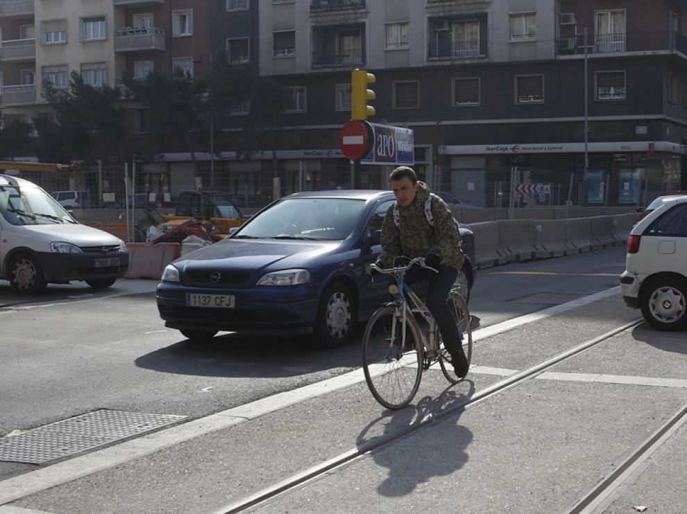 Un ciclista circula por las vías del tranvía