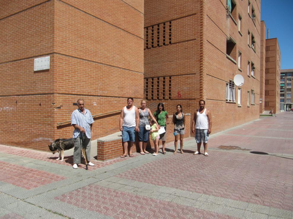 Vecinos de las viviendas sociales de Pedro Saputo, en el Actur