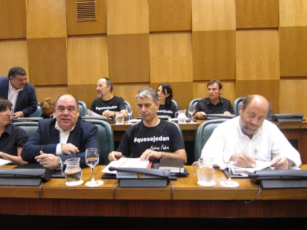 Los concejales de CHA lucen camisetas en el pleno alusivas a Fabra