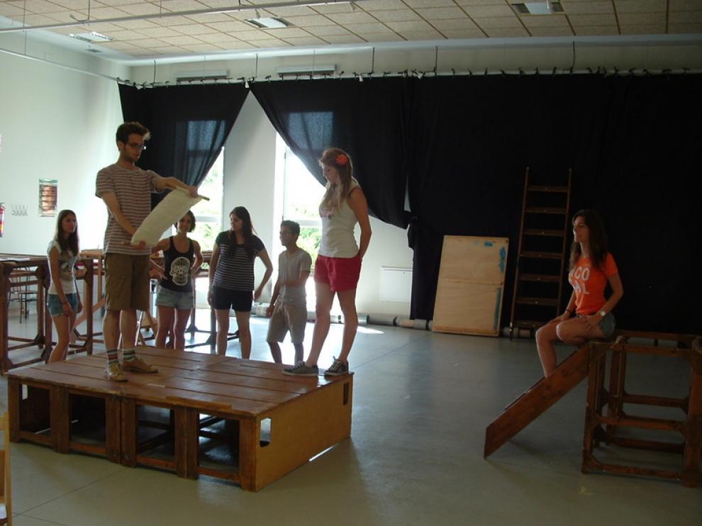 Los jóvenes actores en pleno ensayo en el Espacio de Arte Joven de Huesca