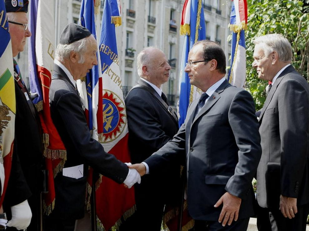 El presidente francés en el homenaje en París.