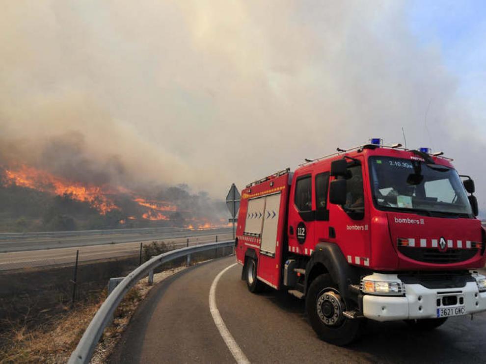 Un vehículo del cuerpo de bomberos se dirige a las labores de extinción del incendio forestal