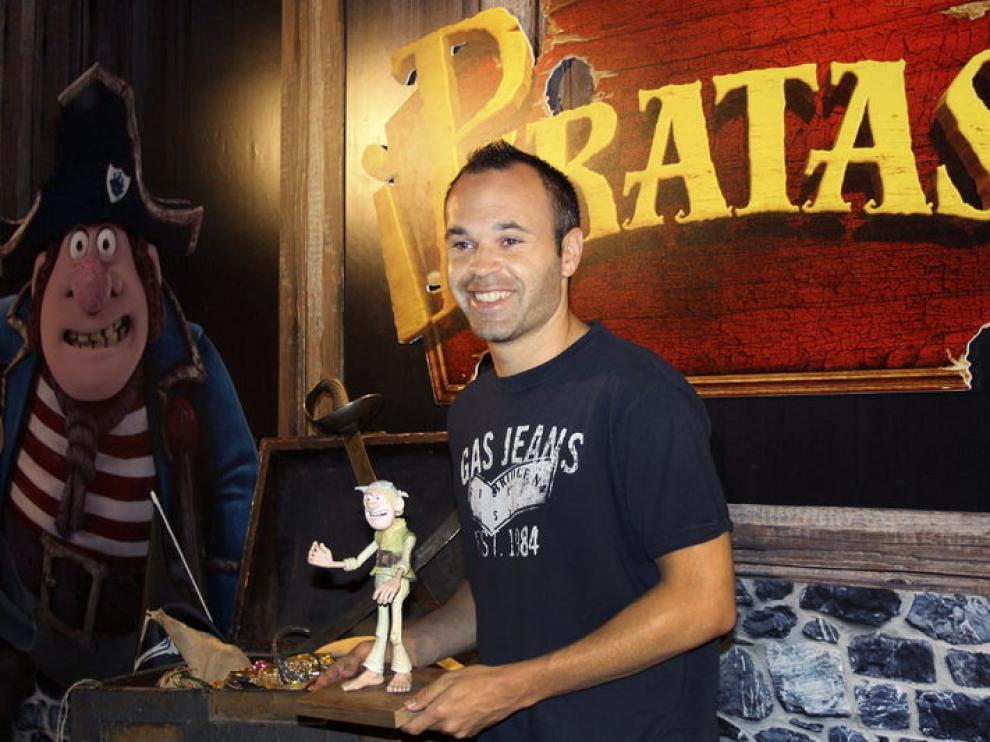Iniesta posa en Fuentealbilla junto a un cartel de la película