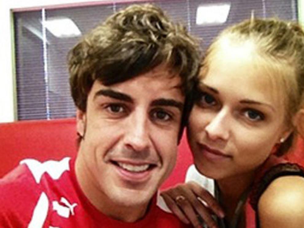 El piloto español junto a su novia, la modelo rusa Dasha Kapustina