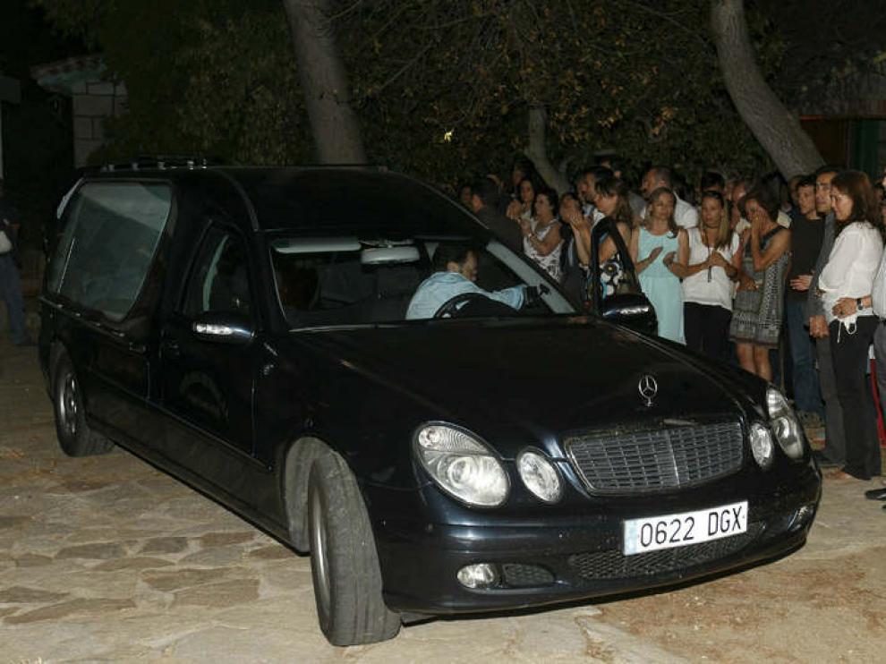 El coche fúnebre que contiene los restos mortales de Peces-Barba llega a Colmenarejo.