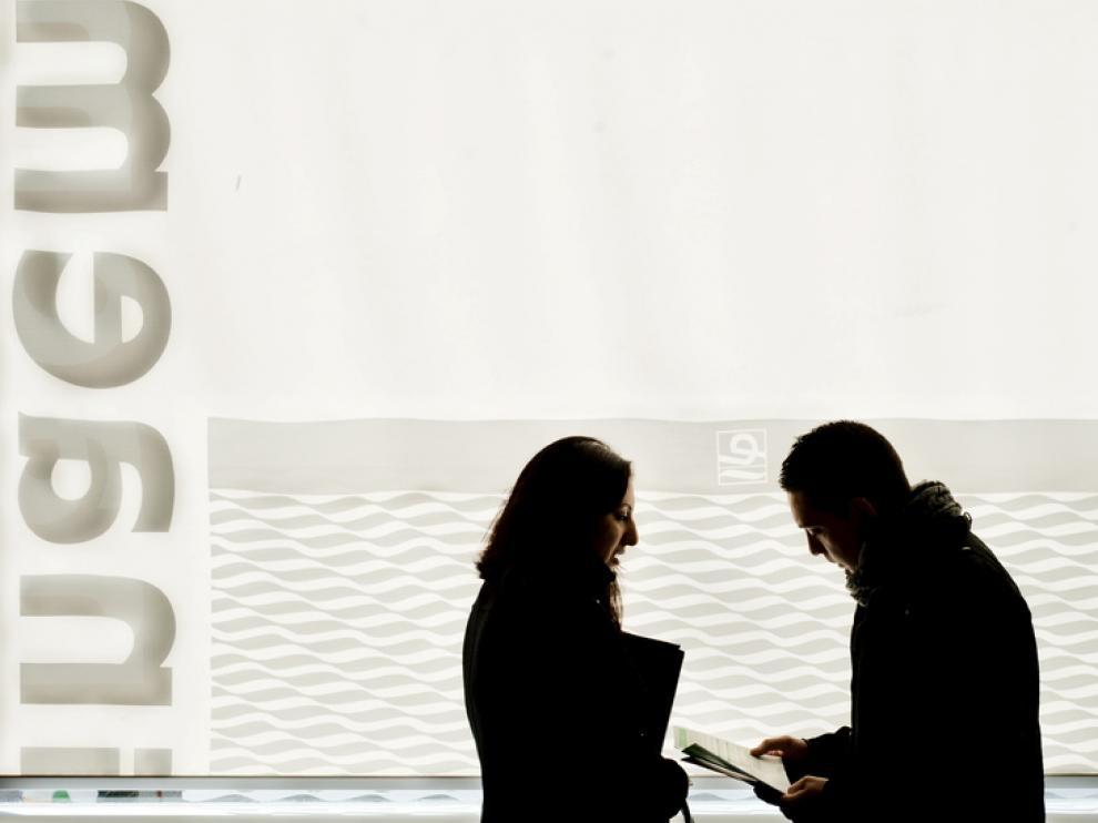 Dos jóvenes, en una oficina del INAEM.