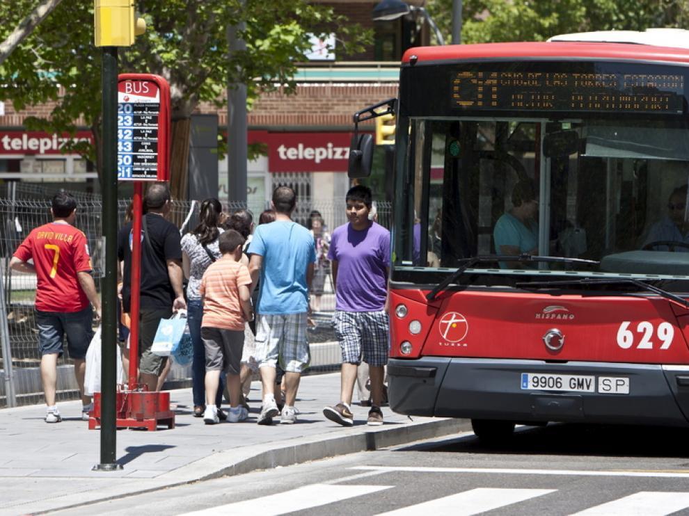Un autobús circulando en Zaragoza