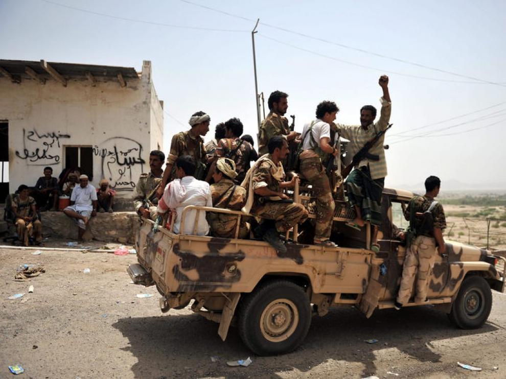 Un vehículo traslada a varios soldados yemenís tras derrotar a un grupo de militantes de Al Qaeda