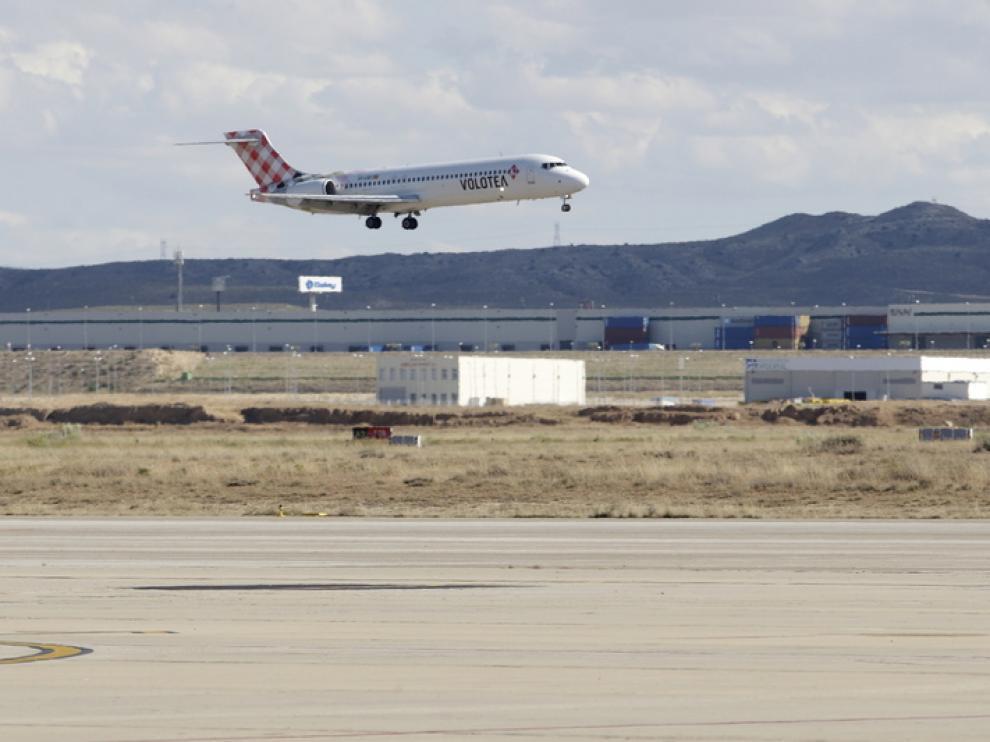 Un avión despega en el aeropuerto de Zaragoza