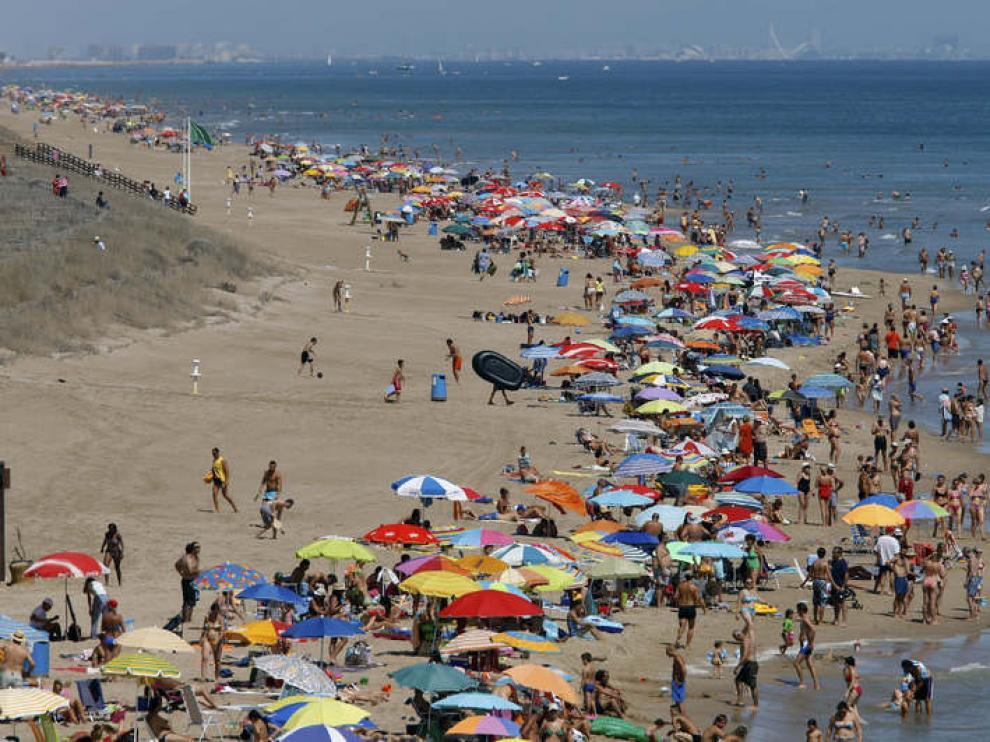 Miles de personas en la playa de El Faro