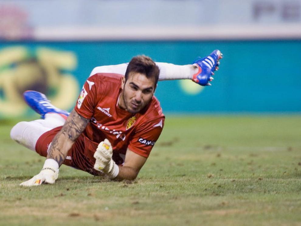 Roberto en una jugada del Real Zaragoza-Valladolid