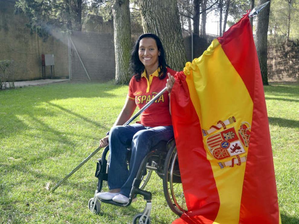 Teresa Perales con la bandera de España