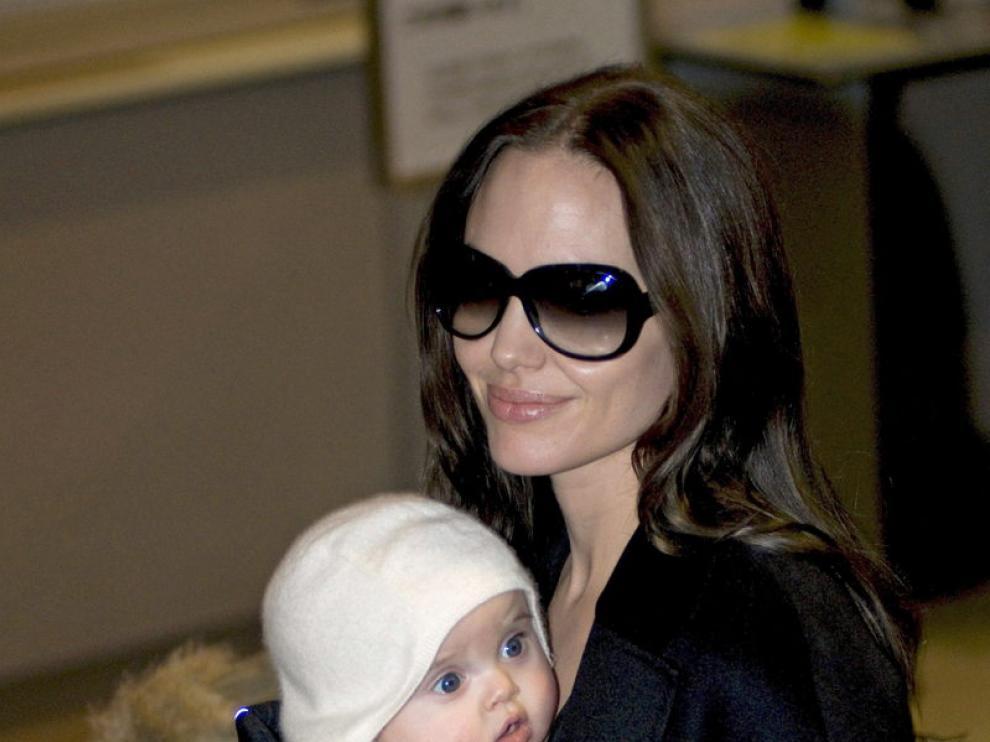 Angelina Jolie con una de sus hijas
