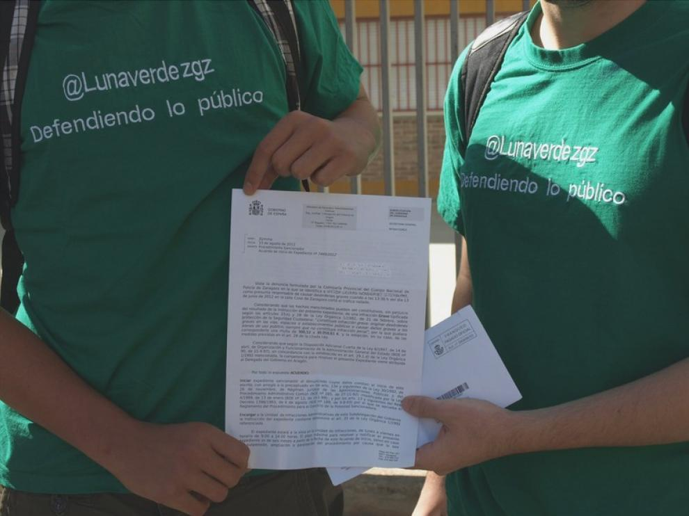 Víctor y Fidel muestran una de las multas.