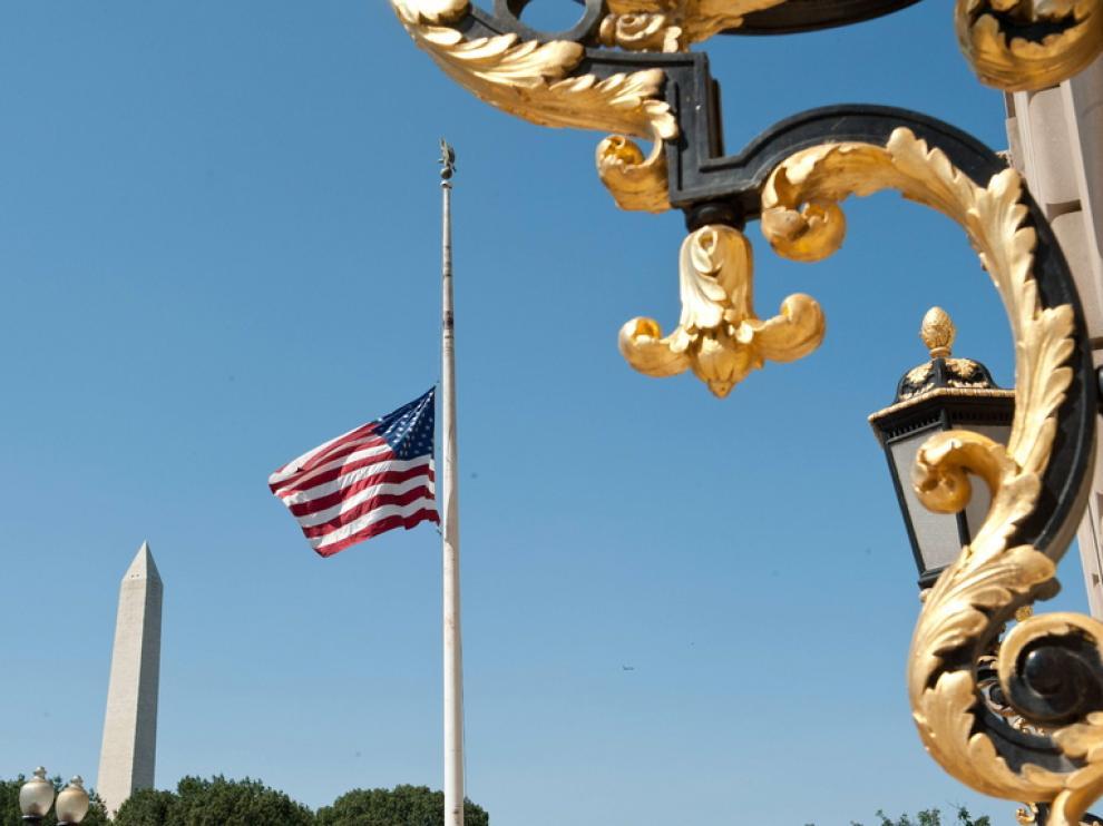 Bandera a media hasta junto al obelisco de Washington