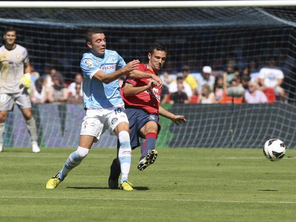 Iago Aspas lucha la pelota con el defensa del Osasuna, Alejandro Arribas.