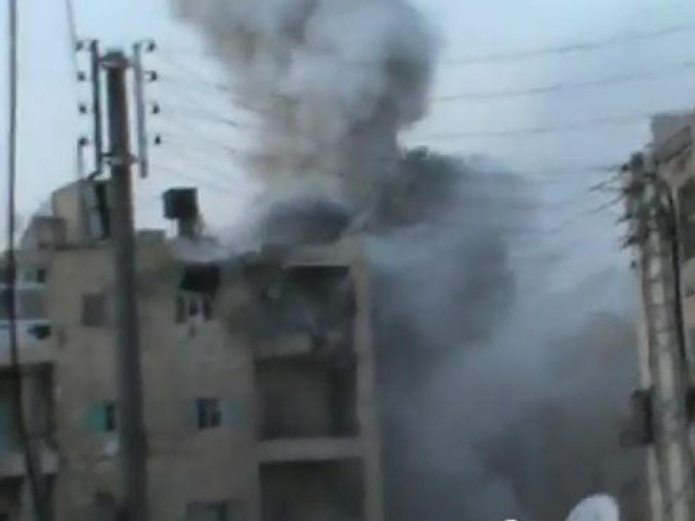 Una columna de humo tras un ataque contra un edificio en Alepo, Siria.