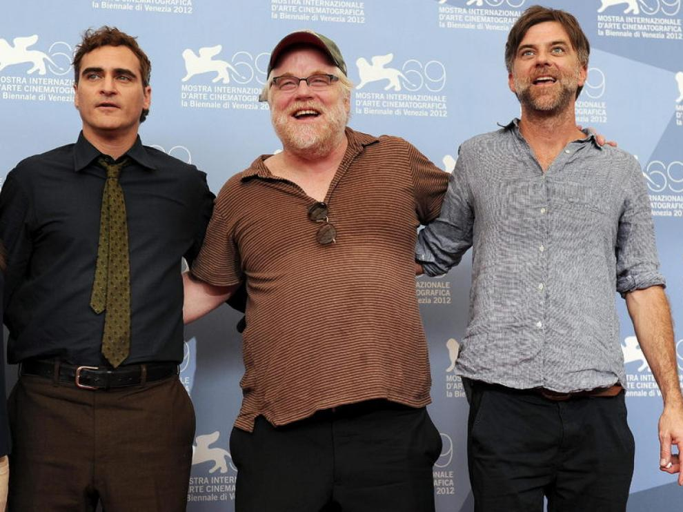 Phoenix y Hoffmann posan junto al director de 'The Master', Paul Thomas Anderson.
