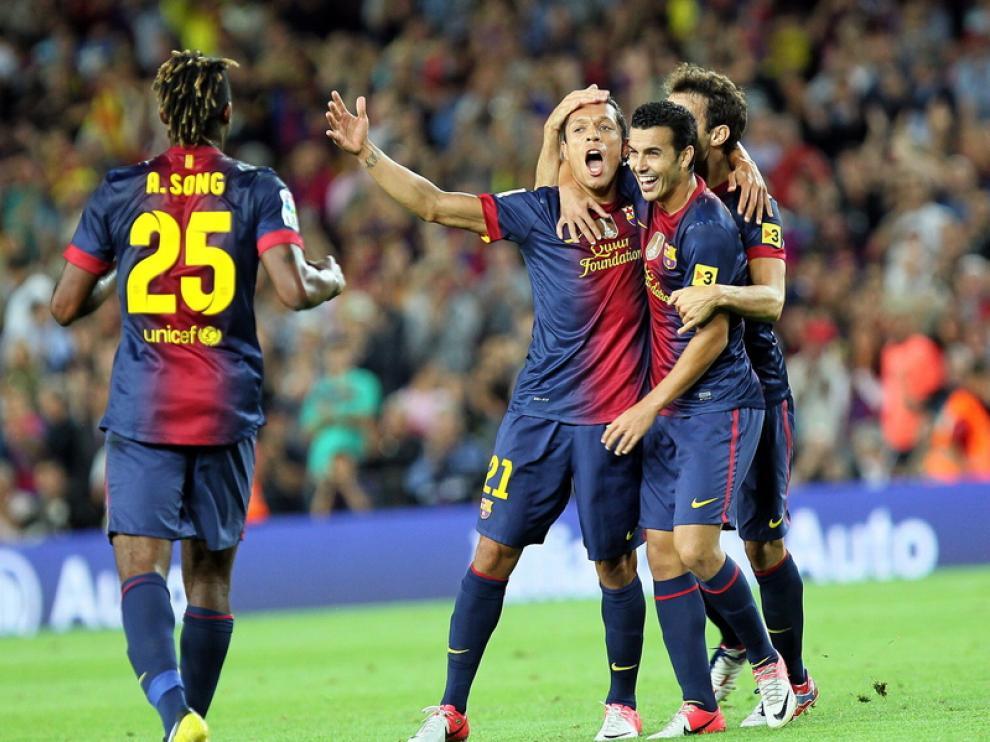 Los jugadores del Barça dan la enhorabuena a Adriano tras el gol.