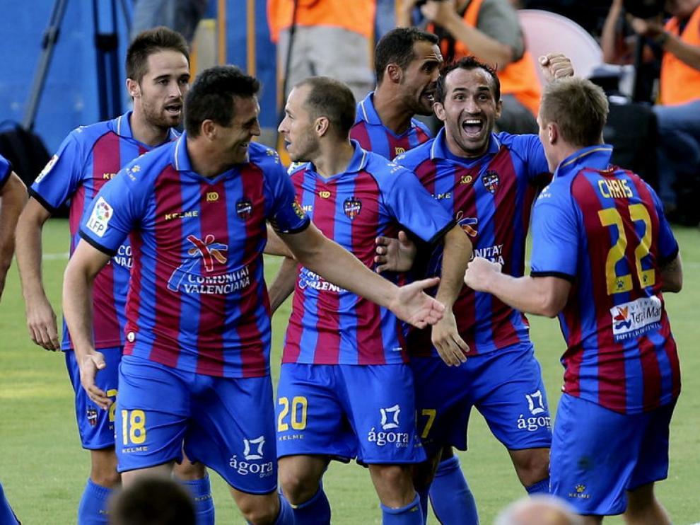 Los jugadores de la UD Levante celebran el segundo gol de su equipo
