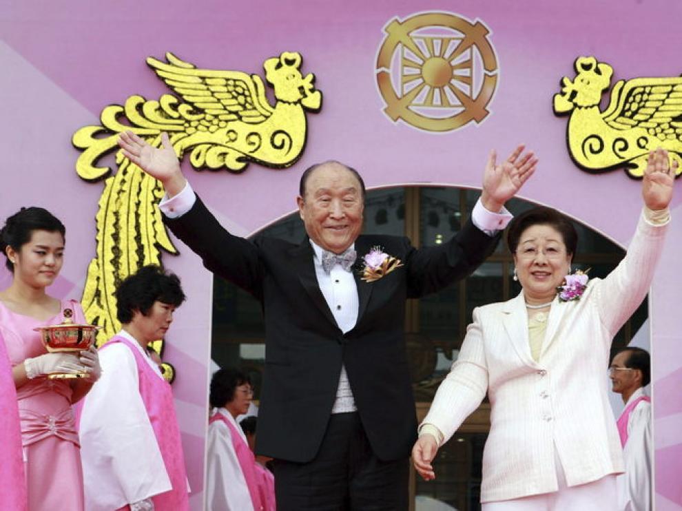 Moon, junto a su esposa, en una multitudinaria boda el pasado marzo.