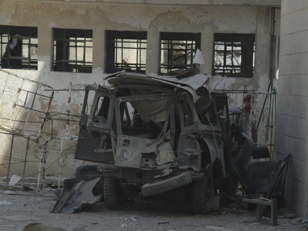 Los restos de un vehículo en el lugar donde dos dispositivos explosivos han estallado en Damasco